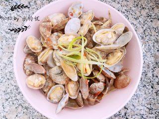 黄酒蛤蜊,大约4.5分钟,基本蛤蜊都开口了就可以关火了,装盘,摆上几根葱丝点缀下就美美哒。