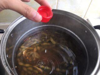 茶香毛豆,煮好后放一小瓶盖白酒 浸泡3小时以上