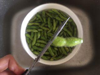 茶香毛豆,在剪去尾部