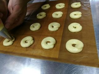 宝宝日常小饼干——开心果薄脆饼,挤在油布上,画圈挤个环形。