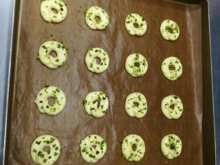 宝宝日常小饼干——开心果薄脆饼,烤箱180度8分钟后取出