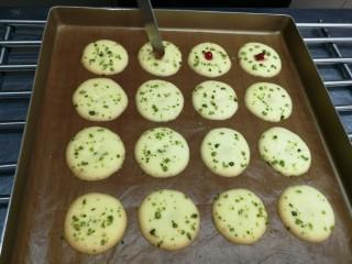 宝宝日常小饼干——开心果薄脆饼,在饼干中央凹的部分填上越桔果酱,果酱可以用其他果酱代替