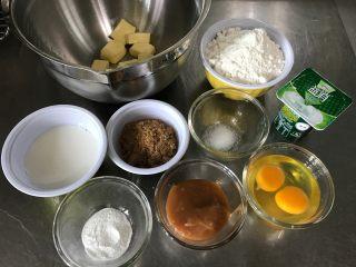 焦糖麦芬/玛芬,准备工作: 1.黄油、鸡蛋、牛奶恢复到室温 2.低粉、泡打粉、盐混合后过筛 3.纸托放入模具中备用 4.烤箱预热190度