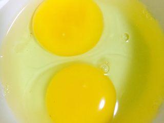美食节扛把子—赛螃蟹炒番茄,鸡蛋磕入干净的碗中