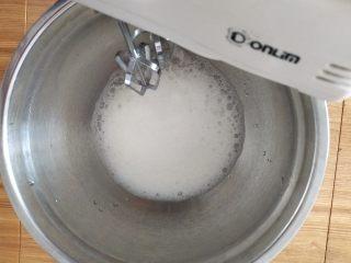 乳酪蛋糕,打至粗泡放一半糖