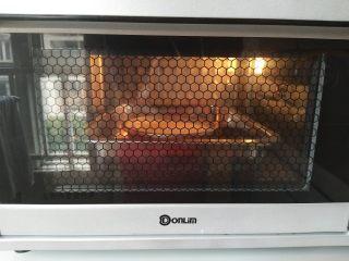 乳酪蛋糕,用深盘放上水,放入烤箱,模具放入深盘里,烤箱选择上火100,下火165度,烤80分钟