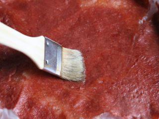 自制蜜汁猪肉脯,10分钟后,拿出来,肉脯两面刷上一层蜂蜜水。