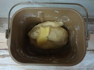 扭扭豆沙小土司,暂停10分钟,加入黄油,再次气动门面包机和面程序20分钟。