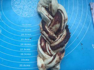 扭扭豆沙小土司,编成三股辫子。