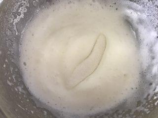 蛋白糖,继续打到有点纹路加入剩下的三分之一细砂糖