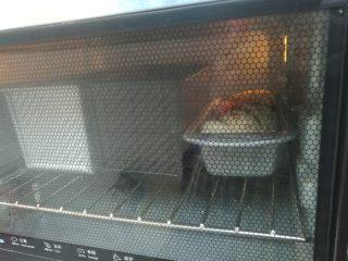 扭扭豆沙小土司,送入预热好的烤箱,烘烤25分钟即可(烤箱温度时间根据自己烤箱适当调整。)