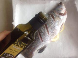 柠檬烤鱼,在鱼身上抹一点橄榄油