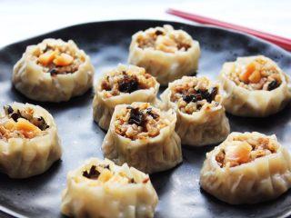 #食二星座#+牛肉瑶柱花菇烧卖,蒸好了就是这样子的。包得多了放冰箱冷冻好啦!早上拿出来蒸就好!方便美味又营养!