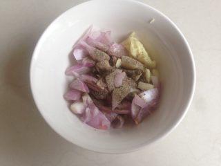 柠檬烤鱼,将黑胡椒粉加入到红葱末和蒜末的碗里面。