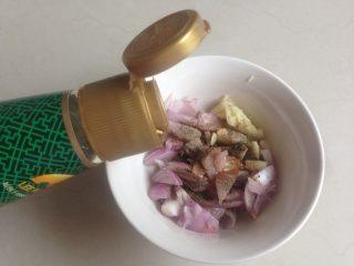 柠檬烤鱼,加入蒸鱼酱油和橄榄油。