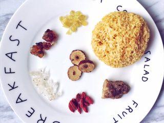 夏日你需要的美容养颜秘诀——桃胶雪燕皂角米银耳羹,准备食材。