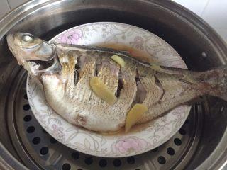 葱油鳊鱼,当鱼眼珠子爆出来,鱼基本熟了。