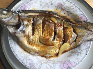 葱油鳊鱼,倒掉盆里的汁后,重新加入2.5勺生抽酱油(口味重的可以多加)