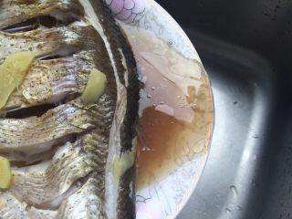 葱油鳊鱼,把鱼盘里的黄酒汁都倒掉(这汁腥,所以不用)