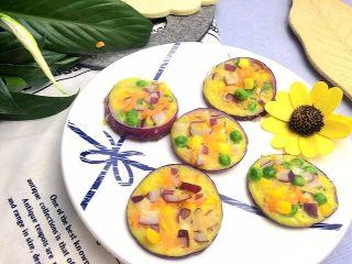 洋葱圈蔬菜蛋饼, 盖上盖子中小火煎一会,待表面凝固即可。大概4,5分钟。