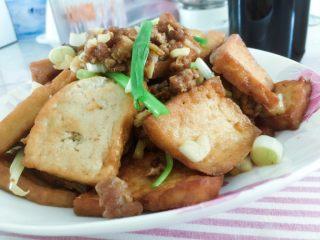 香煎豆腐,最后加入蒜末出锅