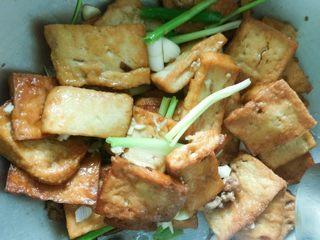 香煎豆腐,加入青蒜我用香葱替代的加入十三香鸡精