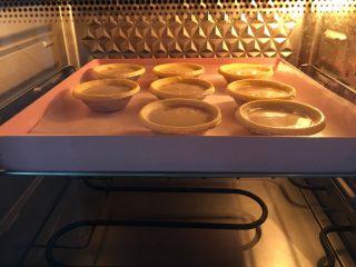水果咖啡蛋挞,放入预热好的烤箱200度18分钟。