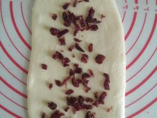 快捷土司(一次醒发,无黄油),擀成长舌状,铺上自己喜欢的馅。