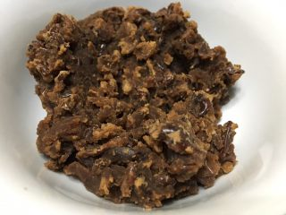 自制红豆沙,凉透了就是这样子,图片也没p。美貌度一般,不过包在里面的,关键是好吃吧!