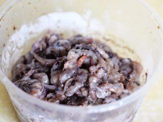 茄子墨鱼豆打卤面,墨鱼豆洗净备用;