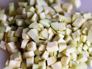茄子墨鱼豆打卤面,茄子洗净去皮切成丁;