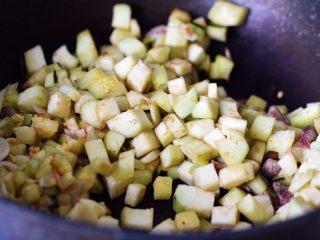 茄子墨鱼豆打卤面,加入茄子丁一起炒制;