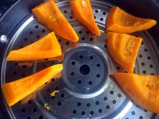 南瓜大馒头,南瓜去皮去瓤,洗净切块上锅蒸,蒸蛋筷子可以扎透就好