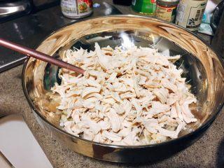 日式鸡汤泡饭,鸡肉稍微放凉,不烫手了,就趁热撕成小块,加入蒜蓉酱,抓匀,让每一块肉肉都沾到酱。