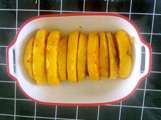 南瓜大馒头,一种馒头几种吃法,满足全家需要。我清早蒸的鸡蛋糕,玉米碴子粥。营养满满。