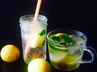 苏打水的n种打开方式,我还试过一种喝法,苏打水➕梅子酒,跟梅子苏打水唯一不同的就是兑了一些梅子酒在里面,也是不错的,因为我非常喜欢梅子酒,哈哈…