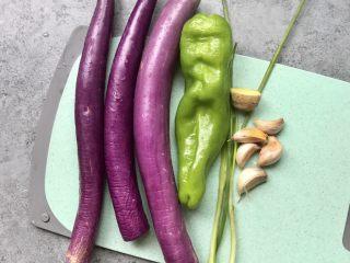 红烧茄子,食材洗净准备:线茄3个、青椒一个、蒜瓣5个、葱2根,姜