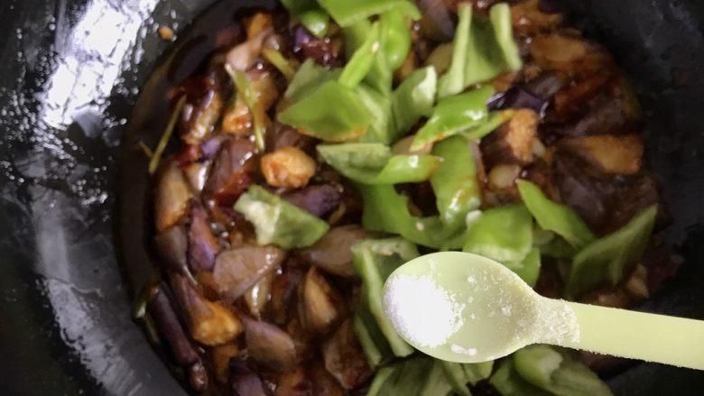 红烧茄子,青椒放入,根据个人口味添加少许盐