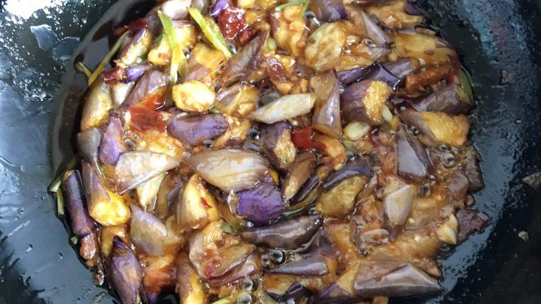 红烧茄子,把油炸过的茄子放进去翻炒均匀
