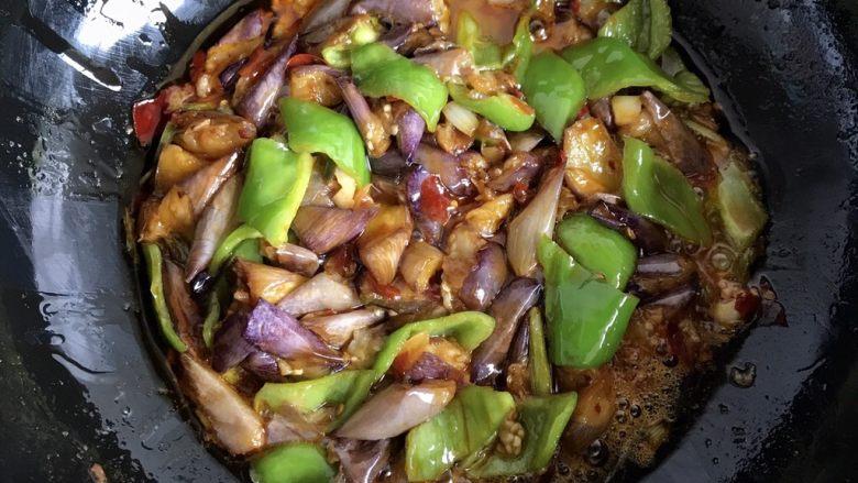 红烧茄子,翻炒均匀即可,喜欢加胡椒的可以加少许胡椒调味哦