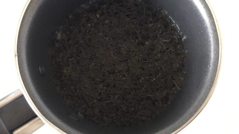 多彩芋圆,10克红茶叶放奶锅,放入250克水煮开,煮开后过筛出茶叶,