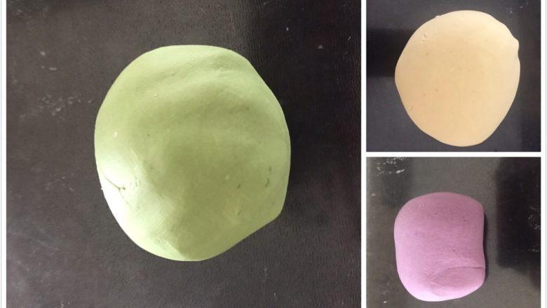 多彩芋圆,揉成团就可以,不能太干,太干了会不成团,太湿的话芋圆口感要软一些,