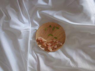 无花果酸奶蛋糕4寸,无花果和叶子洗干净 把无花果切开去皮