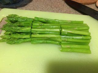 日式鸡汤泡饭,然后沥干水分,切3cm左右的小段。尾部的2-3cm比较老,一般直接丢掉不吃的。