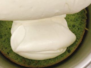 桃花源慕斯蛋糕,模具中先放入一片抹茶蛋糕底,倒入适量原味慕斯糊。  适量是什么概念呢?喜欢原味就多倒点,不然就少倒一点,倒多少成品白色部分就会有多少,但至少要盖住抹茶蛋糕片。