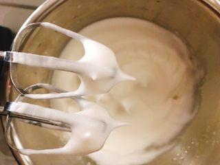 桃花源慕斯蛋糕,一直打发至出现明显花纹,轻轻提起打蛋头能拉出一个硬挺的直立的小尖角,才算是打发完成。平时做戚风我会尽量打发至9.5成的状态,那个状态口感最好,这次要做成底压在慕斯液里,打硬一些较好。
