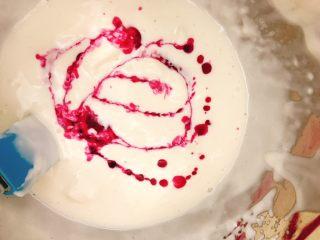 桃花源慕斯蛋糕,将火龙果汁加入剩下的慕斯糊中,搅拌均匀即可。