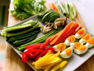 素食野餐飯團,所以材料都切成細長條狀,蘑菇、<a style='color:red;display:inline-block;' href='/shicai/ 122/'>芦笋</a>、胡萝卜焯水瀝干,用廚房紙擦乾。
