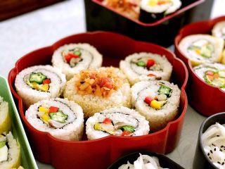 素食野餐飯團,<a style='color:red;display:inline-block;' href='/shicai/ 70/'>秋葵</a>、大根、青紅椒用芥末醬做反轉壽司。