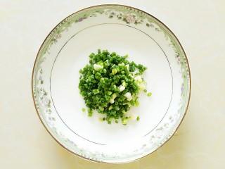 丝瓜肉丸汤,葱切好备用!